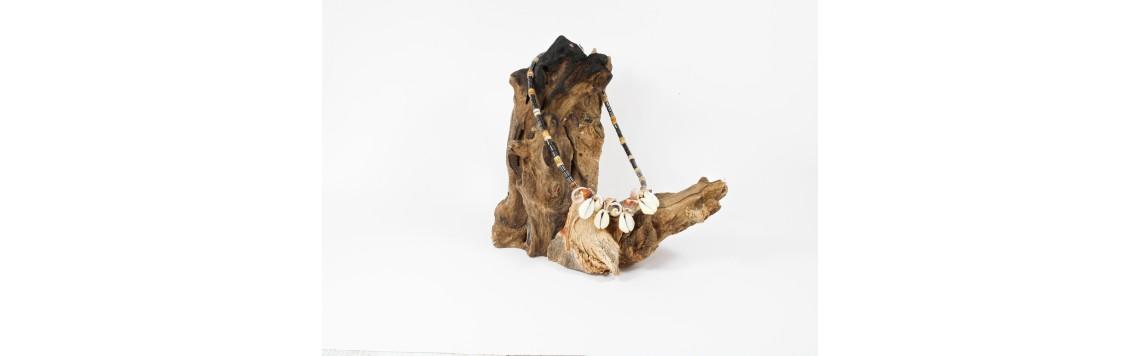 Collier en coquillage, nacre, bois, corail, bambou, lambi, cauri